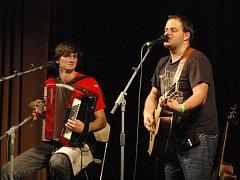 Petr Lüftner a Xindl X, akční dvojice písničkářů, o které ještě uslyšíme. Fotografie je z koncertu v Národním domě v Ústí, který trval (i s přestávkou) do 23.20 hodin.
