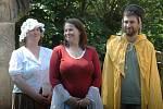 Středohořští ochotníci: zleva postavy frašky Marta, Máří a jejich bratr Lazarus.