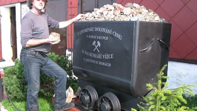 Před krámkem s minerály, které Robert Kaule na Komáří vížce prodává, stojí tento důlní vozík.