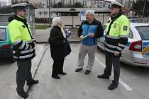 Policisté rozdávali reflexní prvky. Ilustrační foto