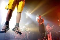 MATĚJ RUPPERT, zpěvák skupiny Monkey Business, na pódiu nepostojí. Je to živel, občas z něj vidíme jen kousek.