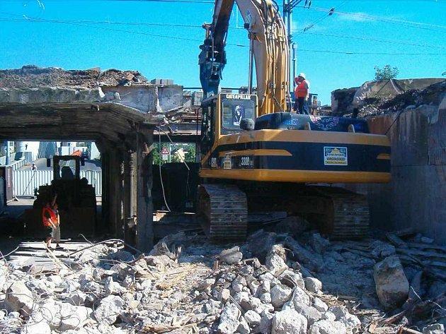 Stavbaři demolují druhou polovinu železničního viaduktu