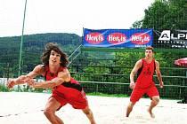 Ústečtí beachvolejbalisté Filip Habr (vlevo) a Milan Moník