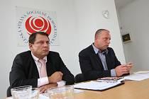 Předseda ČSSD a poslanec za Ústecký kraj Jiří Paroubek  s krajským předsedou Petrem Bendou tvrdí, že pravda je spíše na straně Dopravního podniku Ústeckého kraje.
