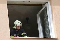 Starého muže nalezli hasiči v bytě již několik dní mrtvého.