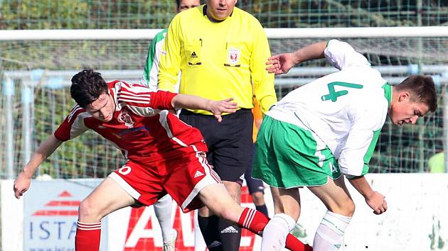 Fotbalisté Neštěmic (červení) doma prohráli s Blšany 0:2.