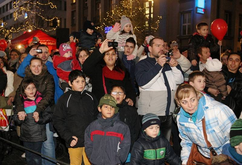 Vánoční kamion se Santa Klausem na Mírovém náměstí oblehly stovky rodičů a dětí.