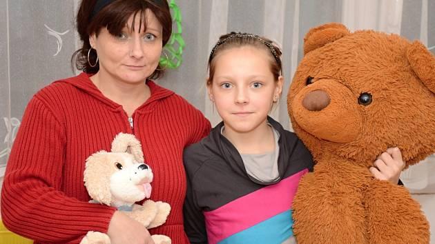 Sice má Alena Kofrová velké starosti, ale i se svojí dcerkou (obě na snímku) budou zpívat s celým Českem koledy. Stejně jako ostatní maminky, děti, senioři i personál z Orlické.