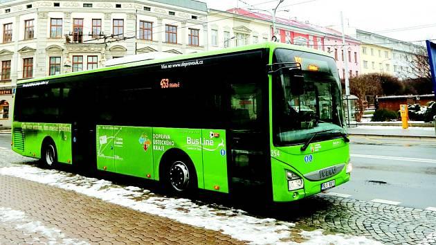 Autobusy v zelené barvě zajišťují příměstskou dopravu.