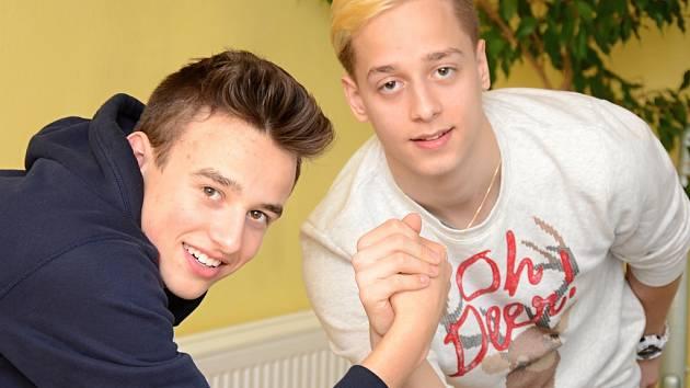 Vlevo tenista Jakub Patyk, vpravo hokejista Petr Patyk. Při důležitých zápasech si vzájemně drží palce.