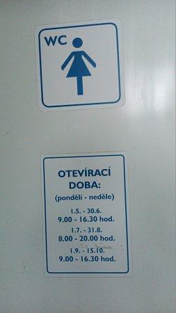 Veřejné toalety existují vÚstí jediné, vMěstských sadech.