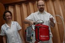 ŠPIČKOVÝ DEFIBRILÁTOR v hodnotě 300 tisíc korun obdržela od nadačního fondu Kapka naděje ústecká Masarykova nemocnice.