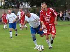Jan Berger (vpravo) v dresu Amfory při loňských oslavách 70 let fotbalu v Proboštově v souboji s exteplickým Hynkem Chalupníkem.