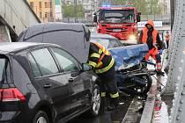 Nehoda tří aut na Benešově mostě v Ústí nad Labem