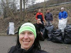 Dobrovolníci uklidili cyklostezku na Střekově.