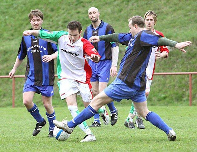 Fotbalisté střekovské rezervy nastříleli Valtířovu (modré dresy) sedm branek a dál kralují 2. třídě.