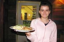 Kuchařský tým restaurace Sport – Pub na zimním stadionu připravuje pro návštěvníky restaurace každý čtvrtek polední menu podle čtenářů Ústeckého deníku.  Servírka Martina Hiřičová.
