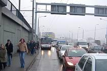Dopravní kolaps v Přístavní ulici.