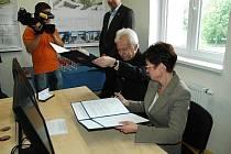 Iva Ritschelová a Richard Hindls podepisují smlouvu o spolupráci ve Vycerru.