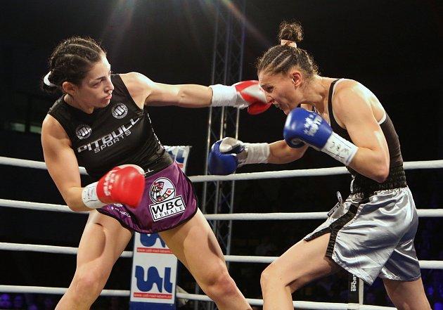 Do životní bitvy oprofesionální titul WBC Silver World Championship se jako první pustila Děčínská mlátička Lucie Sedláčková. Ta díky mohutně podpoře fanoušků desetikolový boj snebezpečnou Irmou Balijagičovou Adlerovou zBosny a Hercegoviny po skvělém t