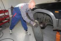 Fotoreportér Deníku si vyzkoušel na vlastní kůži práci automechanika v ústeckém servisu.