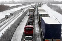 Sníh komplikuje dopravní situaci i na dálnicích.