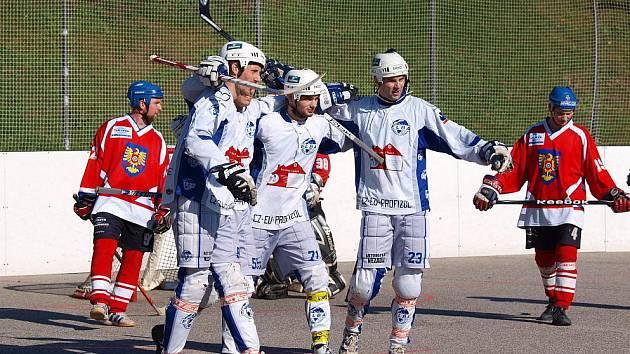 Ústečtí hokejbalisté vstoupí v sobotu na hřišti Mostu do play off extraligové soutěže.