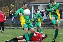 Fotbalisté Chlumce (červené dresy) doma remizovali s Petrovicemi 3:3.