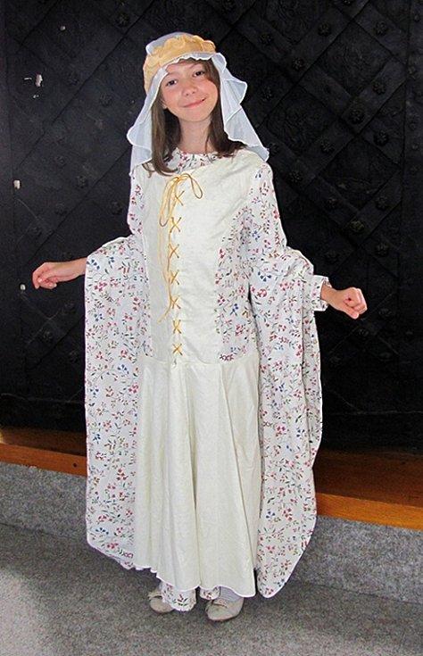 Děti si během Letní týdenní muzejní dílny vyzkoušely kostýmy z doby panování císaře Karla IV.