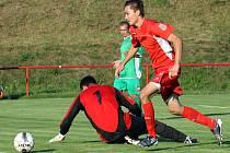 Fotbalisté Střekova ukázali před startem krajského přeboru formu, když smetli Libouchec 7:1. Na snímku obchází David Řezníček  brankáře Libouchce.
