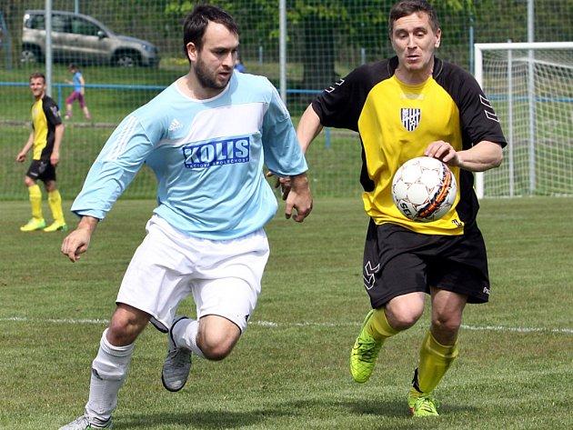 Fotbalisté Chlumce (žlutí) porazili Tisou a vykročili za záchranou v 1.B třídě.