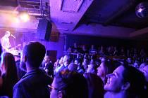 Jak má pardubická rocková Vypsaná fiXa věrné publiku v Ústí a okolí, to se ukázalo v sobotu večer v Music Clubu Doma. Její fanoušci téměř zaplnili legendární klub, přijeli ale bez předkapely.