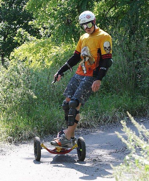 Rozdíl mezi letním snowboardem a skateboardem je kromě brzdy v tom, že snowboard zvládne každý terén.