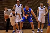 Basketbalisté rezervního celku Slunety (modré dresy) překvapivě prohráli na palubovce Varnsdorfu.