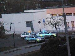 Lidé se podle nasazených policistů obávali velkého zločinu, ale prý tu jen řádil opilý zloděj.