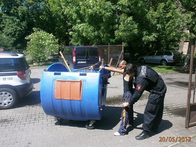 Plastovou popelnici plnou železa sběrač kovů našel.