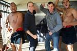 Tento snímek poslala Taťána Hylmarová z České Lípy. Její syn Václav (vpravo v šedé mikině) se spolu s kamarádem fotili s maorskými domorodci ve vesnici Rotorura na Novém Zélandu.
