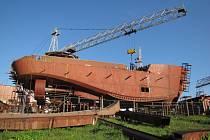 Rozestavěný ledoborec v loděnici Lhotka bude mít problémy s přepravou do přístavu v Archandělsku.