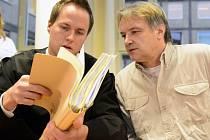 Hlavní líčení s Uwe R. (vpravo) a jeho partnerkou. Vlevo je obhájce obžalovaného. Německý pár loni v létě unesl několikatýdenní holčičku z Trmic a odvezl ji do Německa. Za únos jim hrozí peněžitý trest nebo odnětí svobody až na pět let.