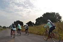 Dívky na kolech cestou do školy.