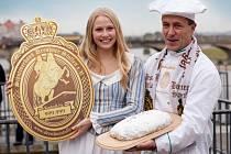 Letošní štolová dívka Friederika Pohl a předseda svazu Henry Mueller.