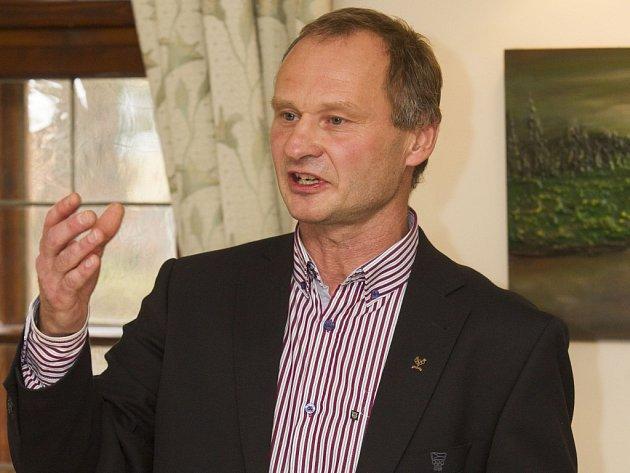 Vlajkonoš Pavel Benc z Dukly Liberec.