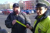 Policisté rozdávali seniorům reflexy.
