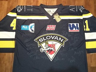 Ve Velké charitativní aukci Deníku můžete vyhrát také podepsaný dres ústecké hokejové legendy Jaroslava Roubíka.t