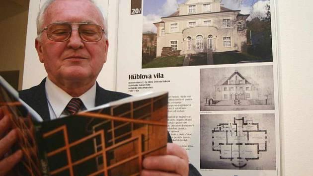 Oldřich Janota si prohlíží u panelu s Hüblovou vilou novou publikaci