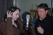 Zaměstnanci Muzea Ústí nad Labem při nahrávání písničky. Nechyběl ani samotný ředitel...