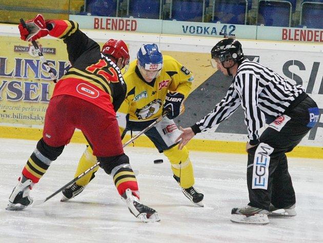 Ústečtí Lvi (žlutí) doma porazili Hradec Králové 4:3.