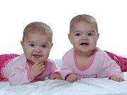 Dvojčata Barbora s Klárou a Adam se Štěpánem pomohou dětem nemocným leukemií nebo onkologickými nemocemi lépe zvládat léčbu. Z výtěžku z prodeje kalendáře, který podpořili svými snímky, budou zakoupeny speciální postýlky a pumpa.