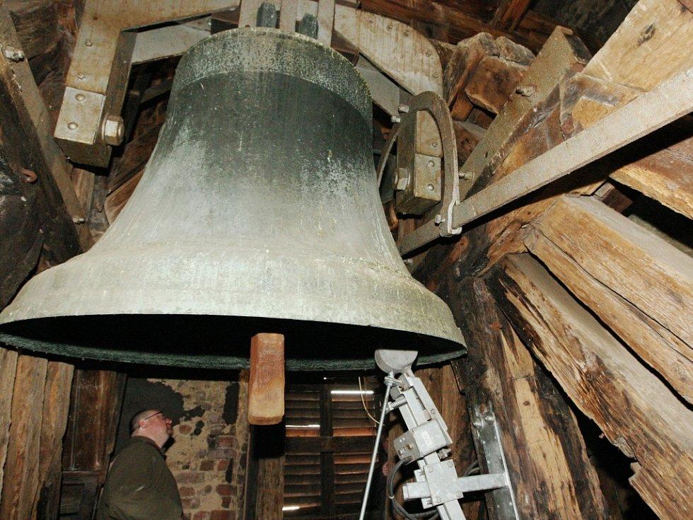 Zvon v kostele. Ilustrační foto.