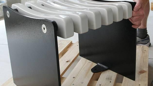 Nerozbitná lavička do Předlic je z porcelánu a kovu.
